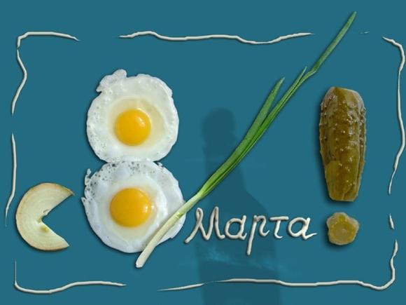 яичница и соленый огурчик с лучком