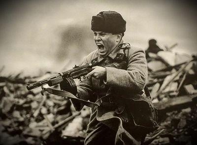 солдат стреляет